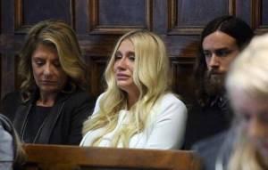 Soud rozhodl: Kesha musí nadále pracovat s Dr. Lukem, který ji údajně sexuálně zneužíval