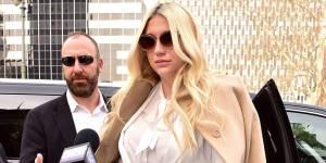 Taylor Swift věnuje Keshe čtvrt milionu dolarů na soudní výdaje v boji proti násilníku Dr. Lukeovi