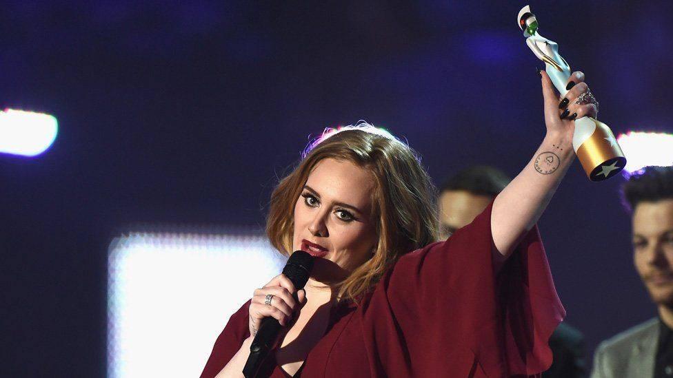 Uplakaná Adele sebrala čtyři Brit Awards a podpořila Keshu. Davidu Bowiemu vzdala hold Lorde