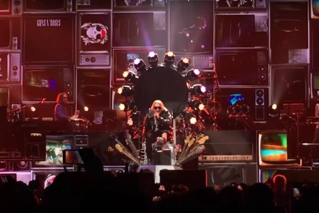 Axl Rose si zlomil nohu, s Guns N' Roses koncertuje vsedě