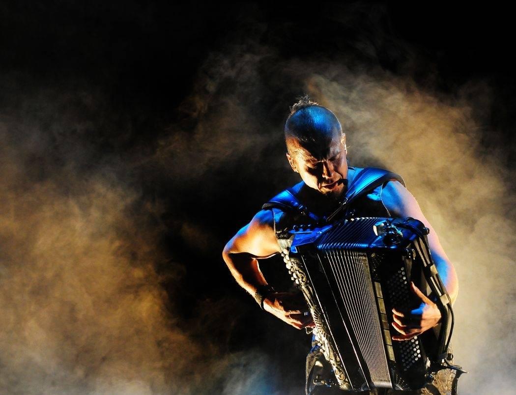 Do Prahy míří akordeonový samuraj Kimmo Pohjonen