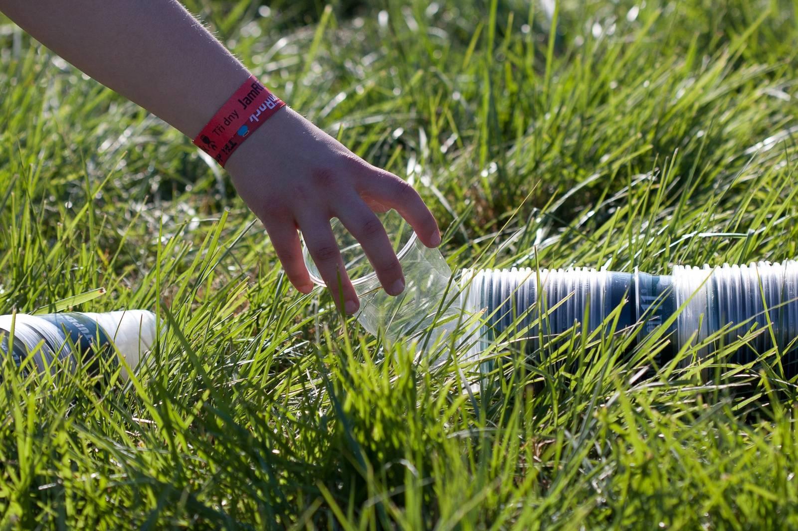 Recyklované mluvící kelímky lákají na čisté festivaly