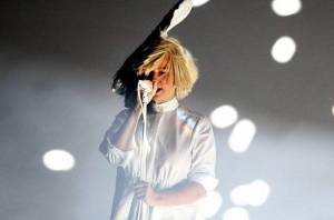 Sia odhalila tvář: Na koncertě v Coloradu jí paruku odfoukl vítr