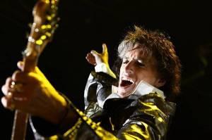 Joe Perry zkolaboval na pódiu. Kytaristu Aerosmith odnesli z koncertu na nosítkách