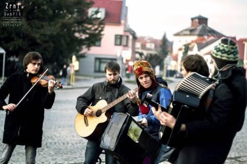 Zrní vytvoří v Praze buskingový průvod. Dojdou s ním od Lennonovy zdi na Střelecký ostrov, kde pak zahrají