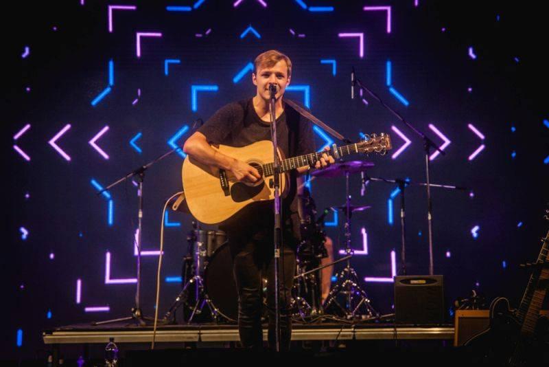 Thom Artway má na debutu duet s Markétou Irglovou. Na turné jede s Light And Love