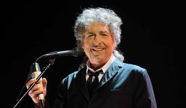 Bob Dylan má nakonec o Nobelovu cenu přece jen zájem.