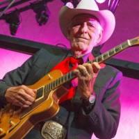 Zemřel kytarista Tommy Allsup, který před lety o vlásek unikl smrti v letadle Buddyho Hollyho