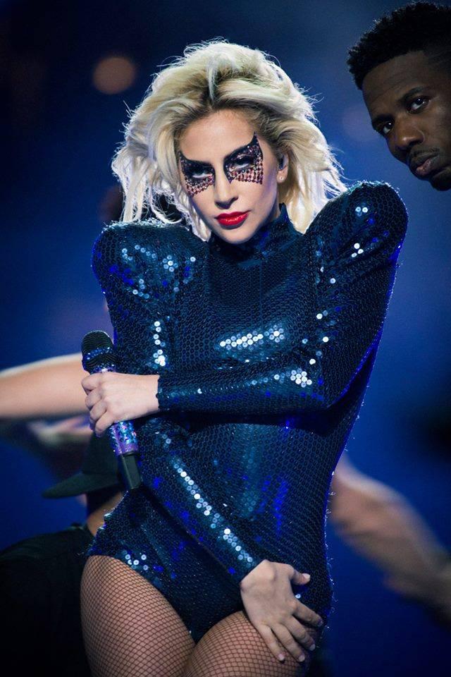 Lady Gaga byla hvězdou Super Bowlu. Proti Trumpovi neprotestovala, přesto vyslala Americe vzkaz
