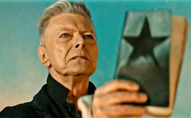 David Bowie získal posmrtně dvě Brit Awards, Chris Martin vzdal hold Georgi Michaelovi