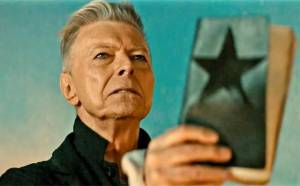 David Bowie získal posmrtně dvě Brit Awards, Chris Martin vzdal hold Georgi Michaelovi
