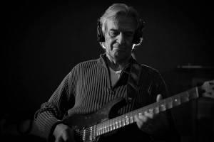Kytarista John McLaughlin se po devíti letech vrací do Prahy. Zvládá klasiku i indickou hudbu