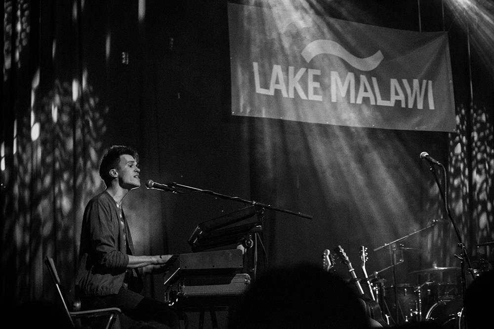 Lake Malawi zahrají před odjezdem do Anglie v Praze. Albert Černý se předvede jako surfař