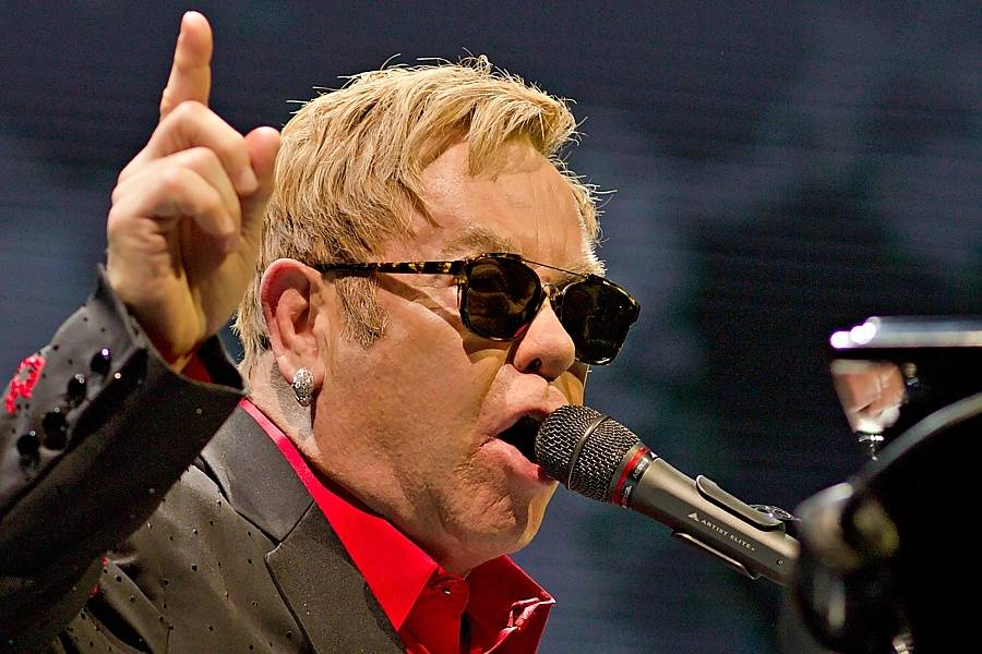 Elton John byl kvůli infekci ohrožen na životě. Do zotavení ruší koncerty