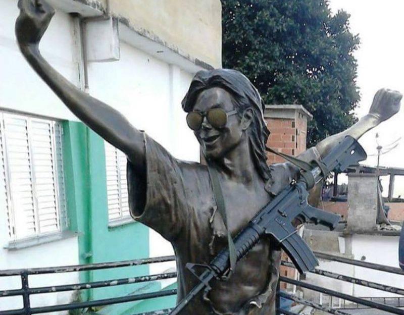 Michael Jackson se zbraní: Brazilský drogový gang pověsil soše Krále popu na krk samopal