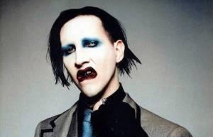 Na Marilyna Mansona spadla při koncertě obří dekorace, zpěvák skončil v nemocnici