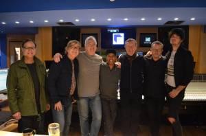 Miro Žbirka nahrává v Abbey Road. Doprovází ho spoluhráči Paula McCartneyho