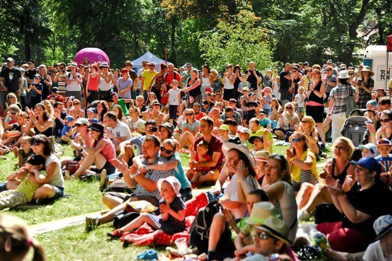 Vojta Dyk, Tomáš Klus a 120 dalších umělců míří Mezi ploty. Festival vstupuje do druhého čtvrtstoletí