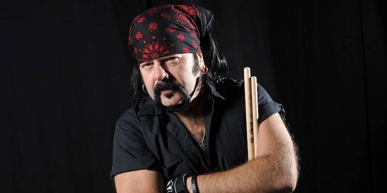 Zemřel Vinnie Paul, bubeník Pantery a bratr zastřeleného Dimebaga Darrella