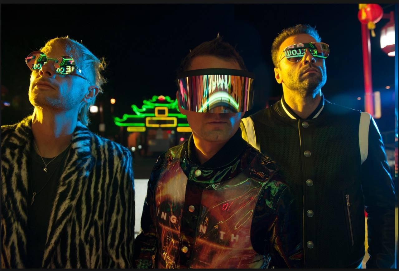 Muse oznámili světové turné. Poprvé zahrají pod širým nebem na letišti v Letňanech