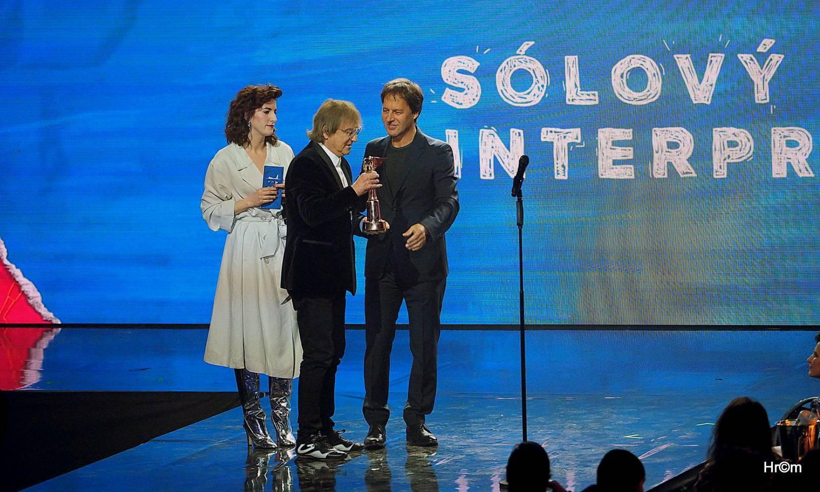 Ceny Anděl jsou rozdány, po dvou soškách mají Lucie, Barbora Poláková a The Atavists