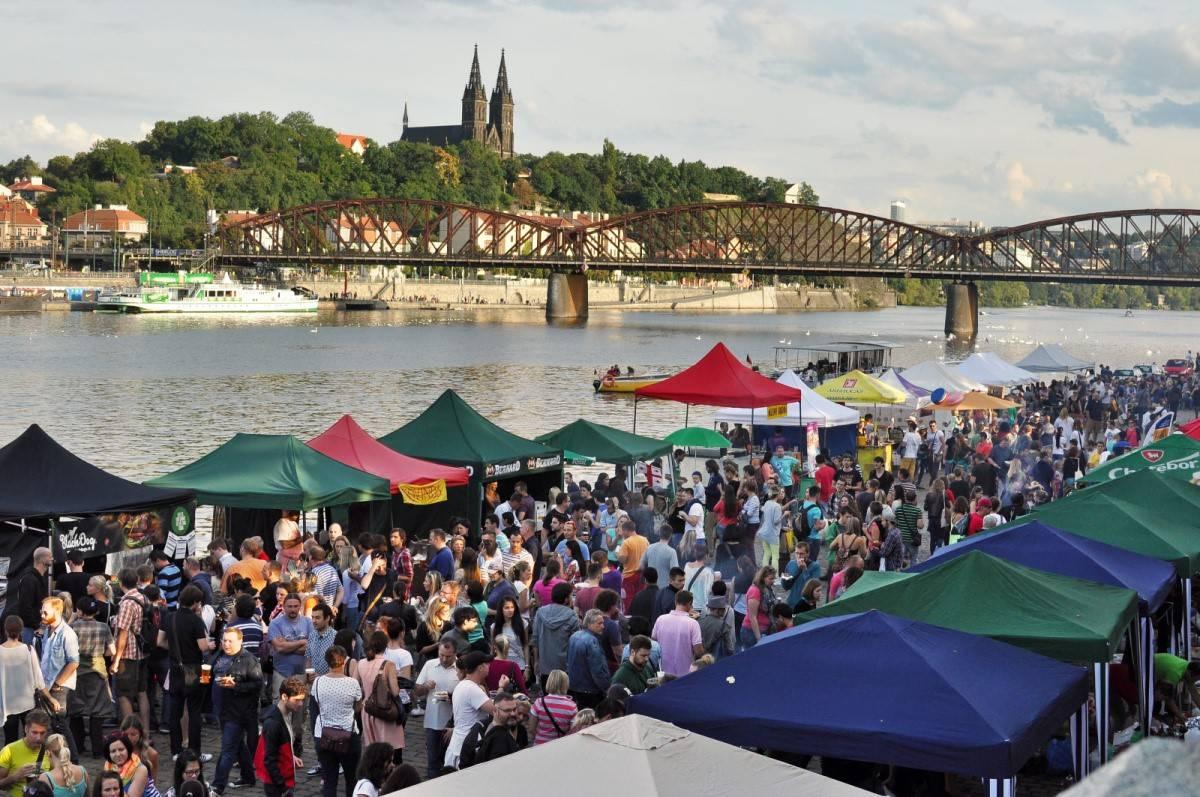 Tour svatého Patrika odstartuje na smíchovské Náplavce. Irský průvod vyjde zHybernské ulice