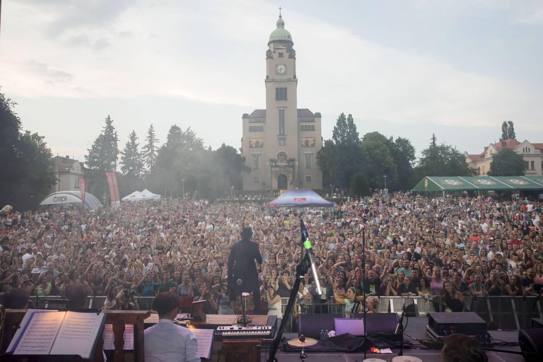 Do Bohnic prý musíme všichni: Na festivalu Mezi ploty zazpívají Divokej Bill, Tomáš Klus i Barbora Poláková