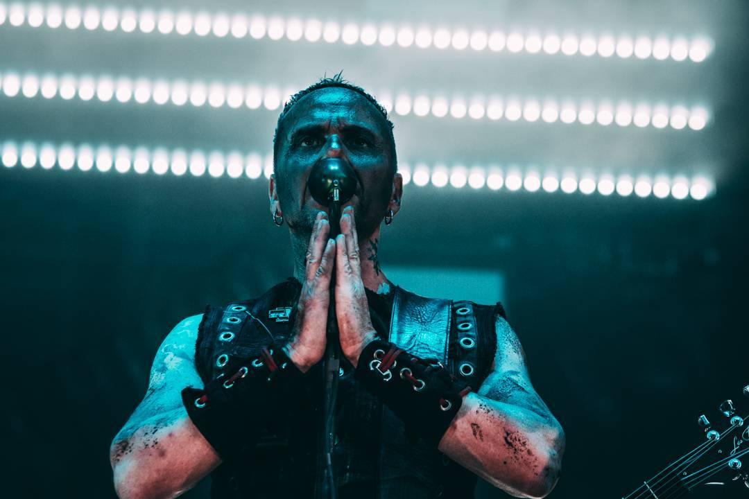 VIDEO: Rammstein mají nový, mládeži nepřístupný videoklip k songu Ausländer. Brojí v něm proti kolonialismu