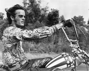 Zemřel herec Peter Fonda, motorkář z Bezstarostné jízdy. S Beatles užíval LSD, John Lennon o tom napsal píseň