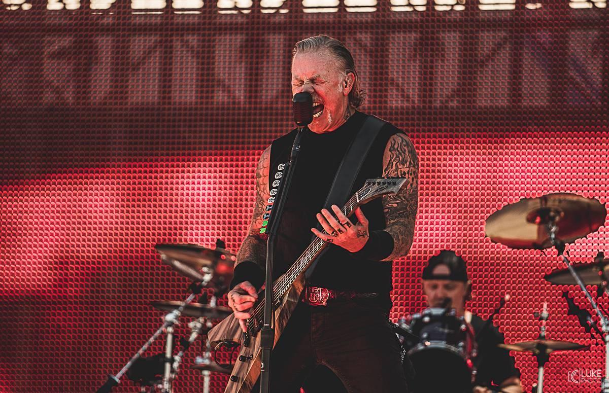 Metallica přerušuje turné. James Hetfield se vrací na odvykací léčbu