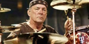 Zemřel Neil Peart. Bubeník Rush prohrál svůj boj s rakovinou mozku