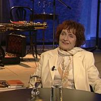 Psala texty pro Marii Rottrovou, Evu Pilarovou či Karla Gotta. Zemřela Jiřina Fikejzová, bylo jí 93 let
