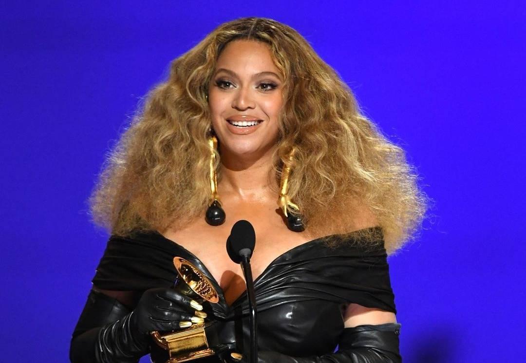 Grammy znají své vítěze. Beyoncé se stala nejúspěšnější umělkyní všech dob, sošky si odnesly i Dua Lipa, Billie Eilish nebo Taylor Swift
