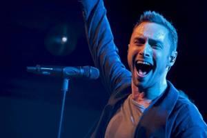 LIVE: Måns Zelmerlöw v Praze: komedie, upocená těla a hra na city aneb Přijela k nám Eurovize