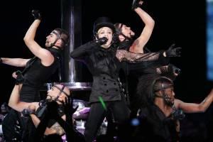 RETRO: Madonna poprvé v Praze: F*ckovala Bushe a sahala si do rozkroku