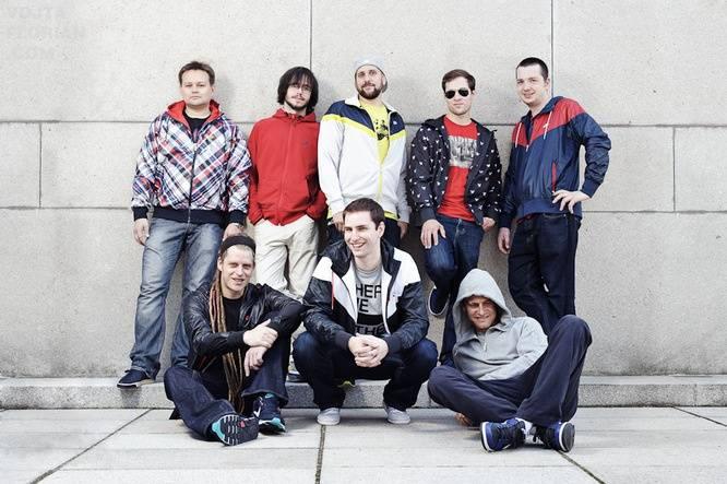 LIVE: Fast Food Orchestra v Plzni tančili ve spodním prádle