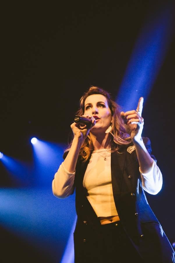 LIVE: KLARA. proměnila zaplněný klub Roxy v útulný domov