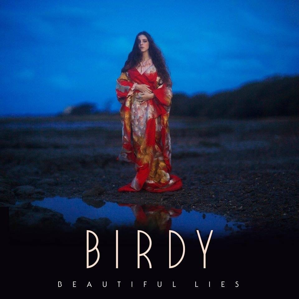 RECENZE: Z Birdy vyrostla andělská písničkářka za klavírem