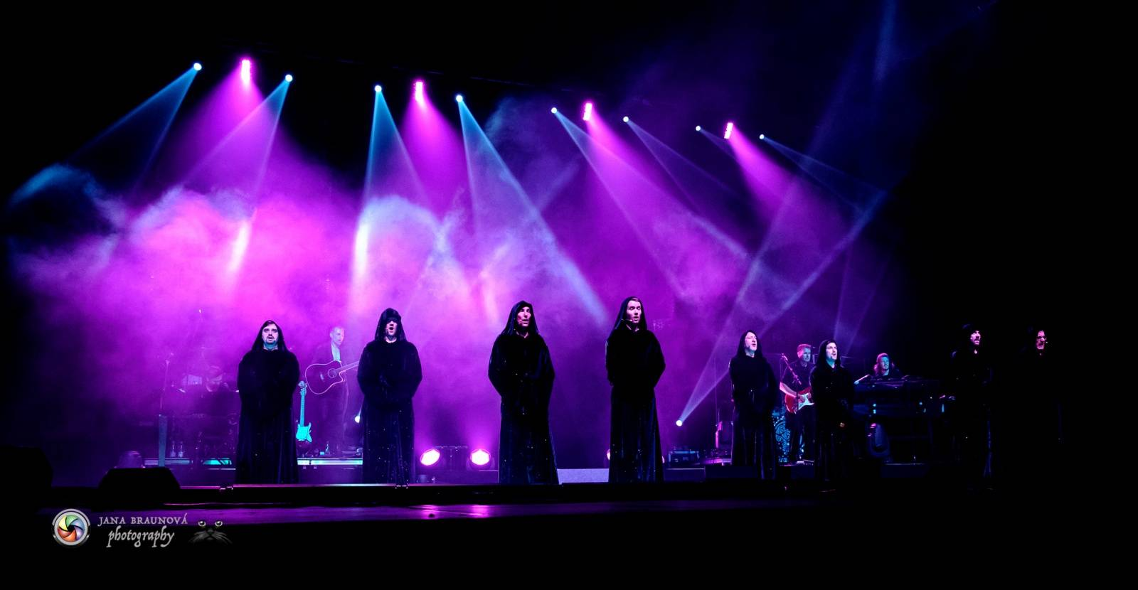 Gregorian s Amelií Brightman přivezli do Prahy světové hity, světelnou show i oheň