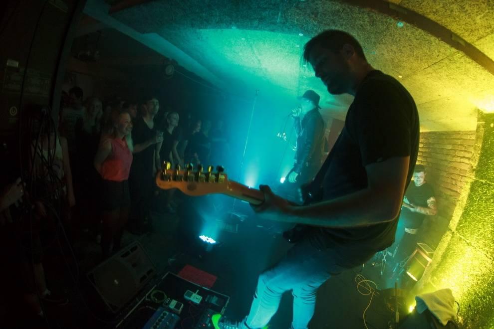 LIVE: Křest bez křtu: Smrtislav a jeho Notorickej samotář zatemnili Café V lese