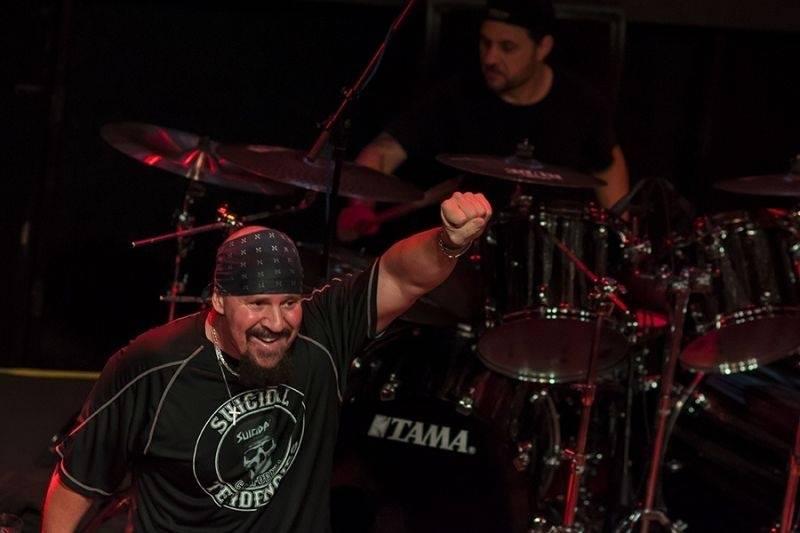 LIVE: Lucerna Music Bar zaplnily šátky: Běsnili tam Suicidal Tendencies!