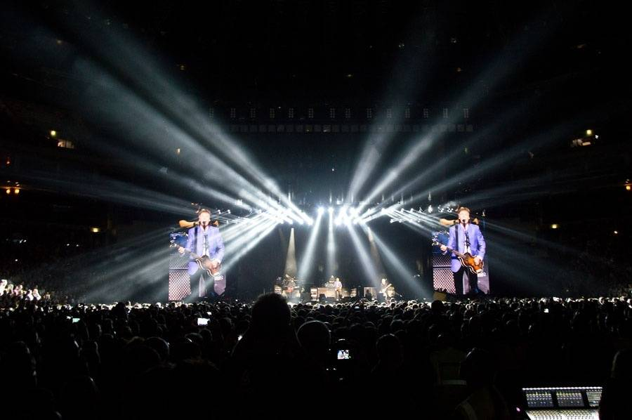 LIVE: Paul McCartney vPraze vzpomínal na Johna Lennona i George Harrisona a zařídil jedno manželství