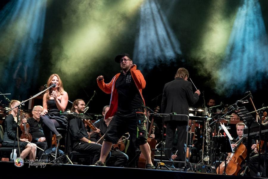 LIVE: Aneta Langerová potěšila koncertem s orchestrem. Odměnou jí byly luční květy od dětí