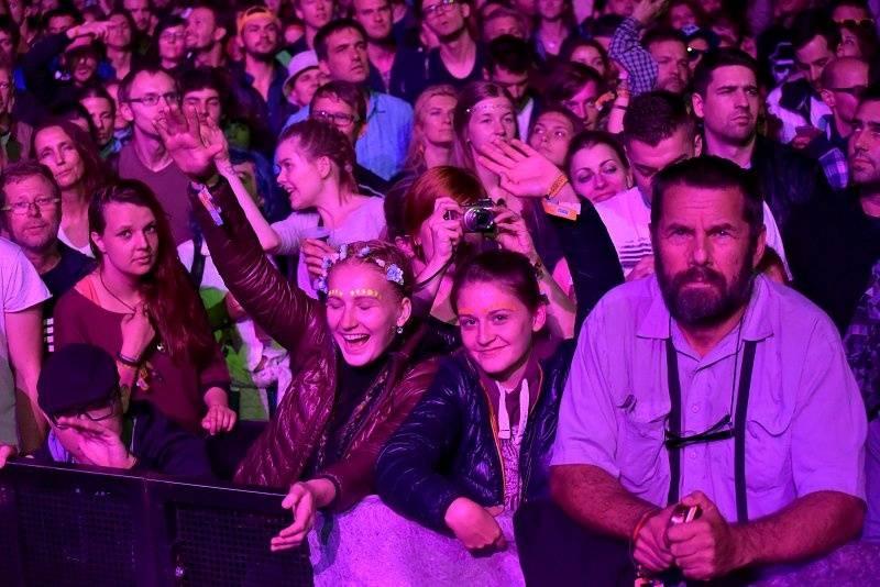 LIVE: Nestárnoucí Underworld, vyjetí kamarádi do deště, muziky i filmu, královsky uzavřeli Colours Of Ostrava
