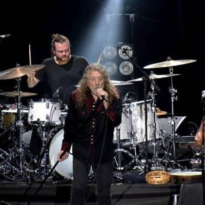 LIVE: I když Robert Plant občas bojoval s hlasem, v Plzni s world music i hity Led Zeppelin opět zářil