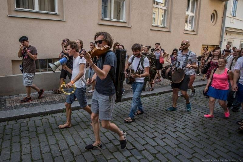 LIVE: Zrní strhli buskingem nejen pražskou Kampu