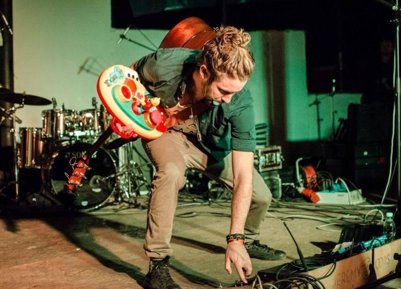 LIVE: Nespoutaný Jihoafričan Jeremy Loops se v Praze fanouškům rozdal, výteční byli i Megaphone
