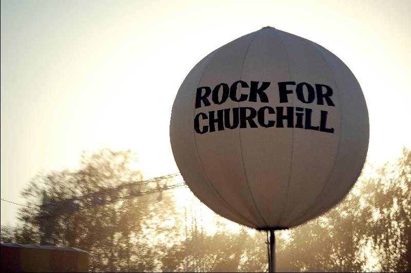 LIVE: Ve Vroutku to žilo! Rock For Churchill rozpálili Modestep, Nneka nebo Dub FX