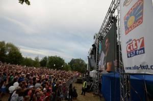 LIVE: Vyprodaný Radiofest v Černošicích: Hity populárních kapel a hold vzdaný Věře Čáslavské