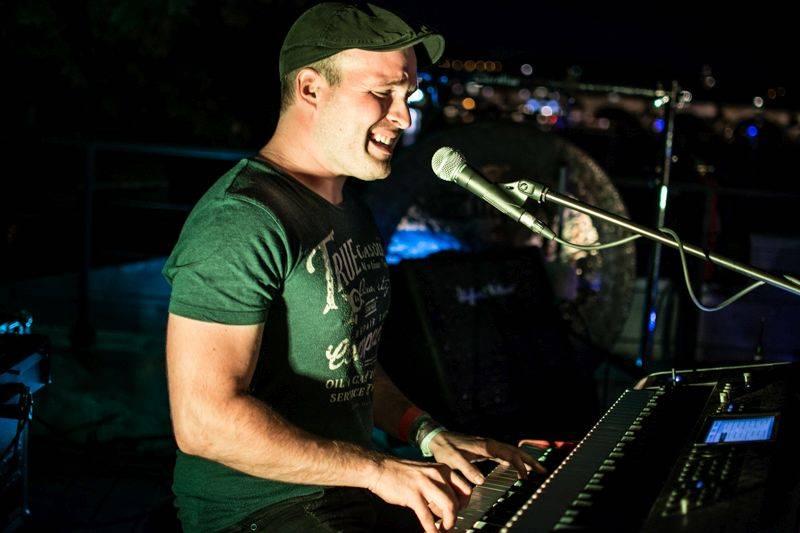 LIVE: Večer na Pontonu patřil silným písničkářům, na lodi zářili David Stypka i David Koller